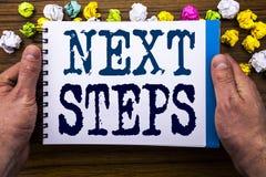 Texto da escrita que mostra passos seguintes O conceito do negócio para Golas futuro e o alvo escrito no caderno do bloco de nota Fotografia de Stock