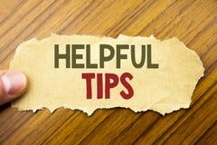 Texto da escrita que mostra pontas úteis Conceito do negócio para a ajuda no FAQ ou no conselho, escrito no papel de nota no fund fotos de stock royalty free