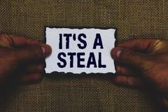 Texto da escrita s é um roubo Significado do conceito que obtém o Cyber das informações confidenciais que rompe cortando o homem  imagens de stock