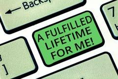 Texto da escrita uma vida cumprida para mim O conceito que significa realizações da realização realiza a chave de teclado dos obj foto de stock royalty free