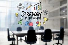 Texto da estratégia e do desenvolvimento cercado por ícones no escritório Fotografia de Stock