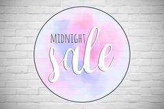 Texto da meia-noite da venda na parede de tijolo branca no shopping Fotos de Stock Royalty Free