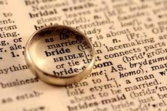 Texto da noiva com faixa de casamento Fotografia de Stock Royalty Free