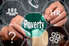 Texto da pobreza no tela táctil no fundo de um homem com uma carteira vazia e uma moeda em suas mãos O conceito da pobreza fotos de stock royalty free