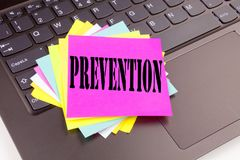 Texto da prevenção da escrita feito no close-up do escritório no teclado de laptop Conceito do negócio para o illn médico da saúd Fotos de Stock