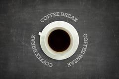 Texto da ruptura de café no quadro-negro com copo de café fotografia de stock royalty free