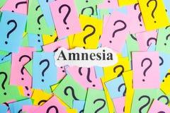 texto da síndrome da amnésia em notas pegajosas coloridas na perspectiva dos pontos de interrogação Imagens de Stock Royalty Free