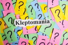 Texto da síndrome da cleptomania em notas pegajosas coloridas na perspectiva dos pontos de interrogação Fotografia de Stock Royalty Free