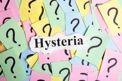 Texto da síndrome da histeria em notas pegajosas coloridas na perspectiva dos pontos de interrogação Imagens de Stock