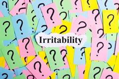 Texto da síndrome da irritabilidade em notas pegajosas coloridas na perspectiva dos pontos de interrogação Fotografia de Stock Royalty Free