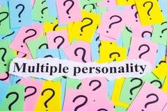 Texto da síndrome da personalidade múltipla em notas pegajosas coloridas na perspectiva dos pontos de interrogação Fotografia de Stock