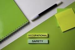 Texto da segurança ocupacional na tabela da mesa de escritório da vista superior do local de trabalho do negócio e dos objetos do foto de stock