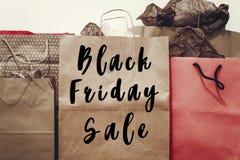 Texto da venda de Black Friday sinal grande do disconto da oferta da venda nos vagabundos de papel Foto de Stock