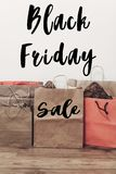Texto da venda de Black Friday sinal grande do disconto da oferta da venda nos vagabundos de papel Imagem de Stock Royalty Free