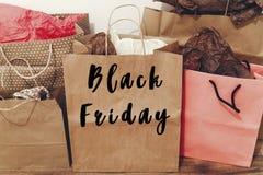 Texto da venda de Black Friday sinal grande do disconto da oferta da venda nos vagabundos de papel Fotografia de Stock Royalty Free
