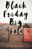 Texto da venda de Black Friday sinal grande do disconto da oferta da venda nos vagabundos de papel Imagens de Stock