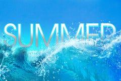 Texto das horas de verão em ondas de oceano grandes Fotografia de Stock Royalty Free