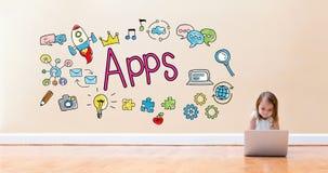 Texto de Apps con la niña que usa un ordenador portátil Imagen de archivo libre de regalías