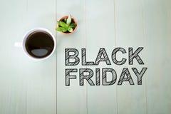 Texto de Black Friday con una taza de café Foto de archivo
