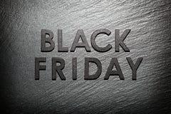 Texto de Black Friday na ardósia preta imagens de stock royalty free