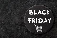 Texto de Black Friday no fundo preto da ardósia imagens de stock royalty free
