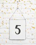 texto de cinco años de la tarjeta de la fiesta de cumpleaños 5 con confeti de oro Foto de archivo libre de regalías
