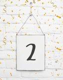 texto de dos años de la tarjeta de la fiesta de cumpleaños 2 con confeti de oro Foto de archivo libre de regalías