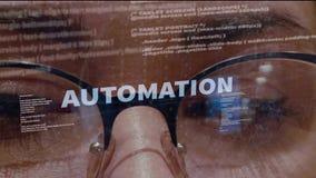 Texto de la automatización en fondo del desarrollador de software de sexo femenino metrajes