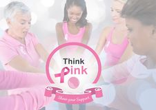 Texto de la ayuda de Think Pink con las mujeres de la conciencia del cáncer de pecho que ponen las manos juntas Imagen de archivo