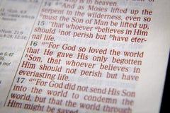 Texto de la biblia - dios amó tan el mundo - 3:16 de Juan Fotos de archivo
