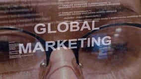 Texto de la comercialización global en fondo del desarrollador de sexo femenino almacen de metraje de vídeo