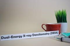 Texto de la densitometría DEXA de la radiografía de la Dual-energía, pote de la hierba, taza de café, jeringuilla, y máscara verd imagen de archivo