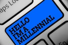 Texto de la escritura de la palabra hola soy un milenario Concepto del negocio para la edad adulta joven que alcanza de la person Imagenes de archivo