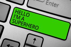 Texto de la escritura de la palabra hola soy un super héroe Concepto del negocio para creer en sí mismo el verde b del teclado de foto de archivo libre de regalías