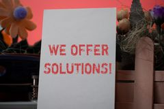 Texto de la escritura de la palabra ofrecemos soluciones Concepto del negocio para que manera solucione problema o trato con la s fotografía de archivo libre de regalías