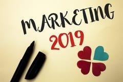 Texto de la escritura de la palabra que comercializa 2019 Concepto del negocio para el nuevo comienzo de las estrategias del merc foto de archivo libre de regalías