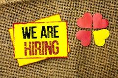 Texto de la escritura de la palabra que estamos empleando Concepto del negocio para el talento que caza el reclutamiento de Job P imagenes de archivo