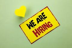 Texto de la escritura de la palabra que estamos empleando Concepto del negocio para el talento que caza el reclutamiento de Job P fotografía de archivo
