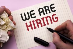 Texto de la escritura de la palabra que estamos empleando Concepto del negocio para el talento que caza el reclutamiento de Job P imagen de archivo libre de regalías
