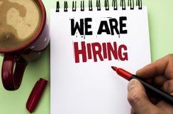 Texto de la escritura de la palabra que estamos empleando Concepto del negocio para el talento que caza el reclutamiento de Job P fotos de archivo