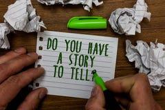Texto de la escritura de la palabra usted tiene una historia para decir la pregunta Concepto del negocio para el gre del control  fotos de archivo libres de regalías