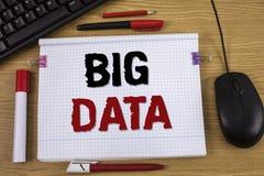 Texto de la escritura que escribe datos grandes Concepto que significa una gran cantidad de información para la cual necesita ser Imagen de archivo