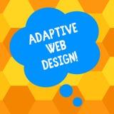 Texto de la escritura que escribe diseño web adaptante El concepto que significa versiones múltiples de una página web para caber ilustración del vector