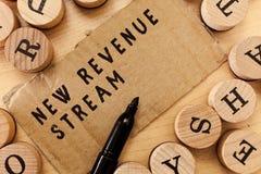 Texto de la escritura que escribe el nuevo corriente de ingresos Concepto que significa acercamiento mejorado fuente de ingresos  imágenes de archivo libres de regalías