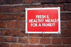 Texto de la escritura que escribe las comidas frescas y sanas para una familia Nutrición del significado del concepto buena que t fotos de archivo libres de regalías