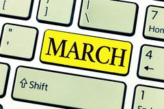 Texto de la escritura que escribe marzo Año del mes del significado del concepto tercer donde la primavera comienza el paseo rápi foto de archivo