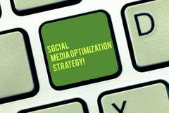 Texto de la escritura que escribe medios estrategia de optimización social Concepto que significa las estrategias de SEO Advertis ilustración del vector