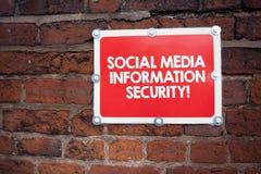 Texto de la escritura que escribe medios seguridad de información social Concepto que significa seguridad en servicios de multime fotos de archivo libres de regalías