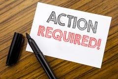 Texto de la escritura que muestra la acción requerida Concepto del negocio para urgente inmediato escrito en el documento de nota Foto de archivo libre de regalías