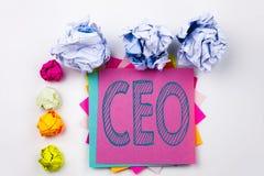 Texto de la escritura que muestra al CEO escrito en nota pegajosa en oficina con las bolas del papel del tornillo Concepto del ne Fotos de archivo